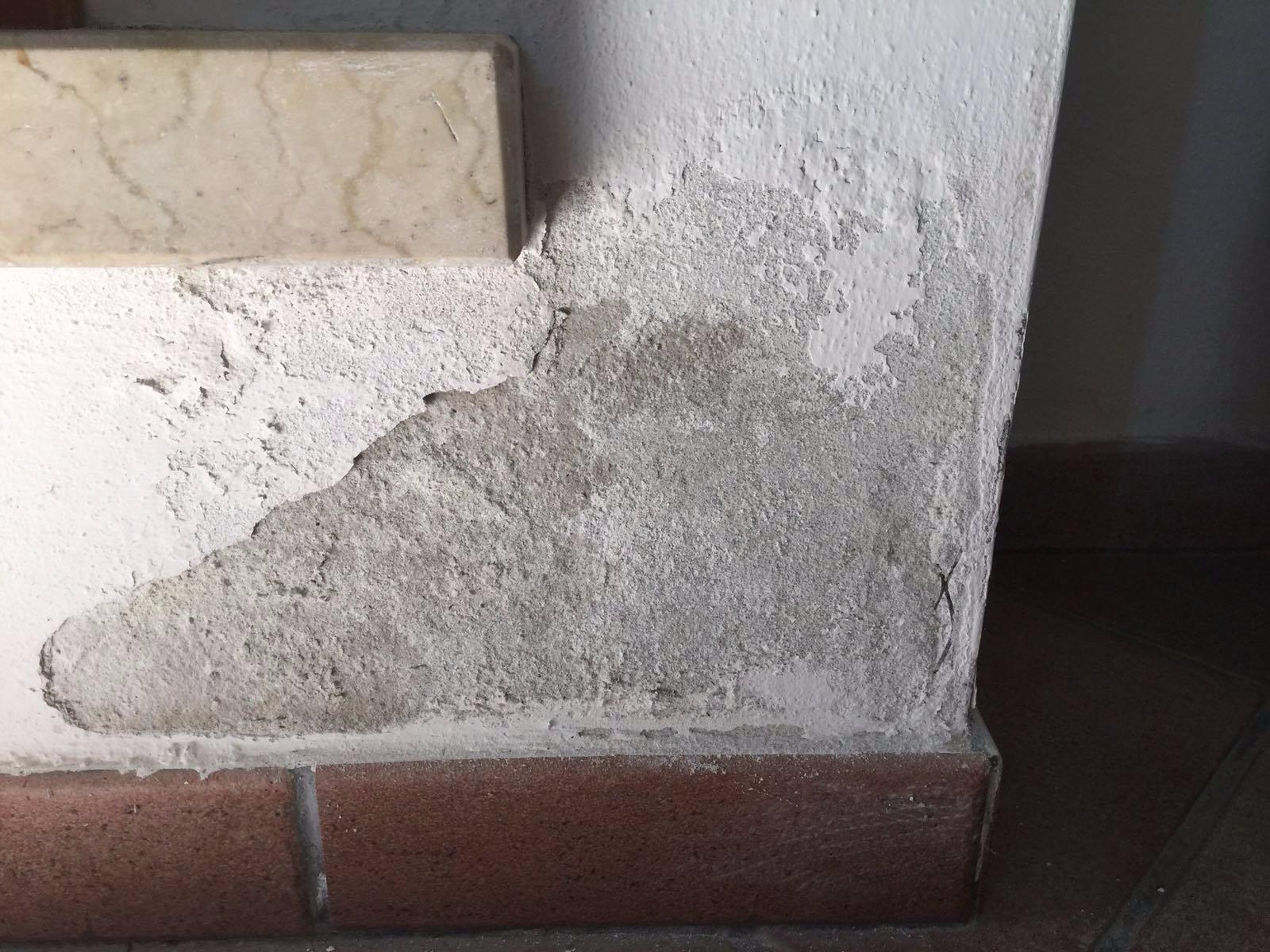 Muro Bagnato Cosa Fare macchie di umidità e intonaco scrostato vicino il battiscopa